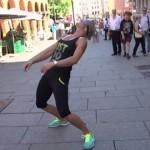 【動画】「リンボーダンスやって」と通行人に目隠しさせてそのまま置き去りにする残酷なイタズラ