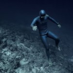 まるで異世界!!不気味なほど神秘的な海底フリーダイビング映像