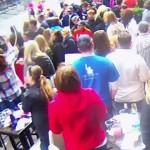 ボストン爆弾テロの新たな監視カメラ映像が公開、ゴール近くにバックパックを仕掛ける被告の姿