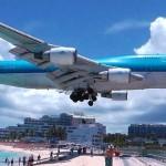 【映像】大型旅客機が頭上ギリギリを通過するカリブ海のマホ・ビーチ