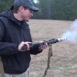 【ガン・グリル】M16自動小銃でベーコンを調理するワイルドなアメリカ人男性
