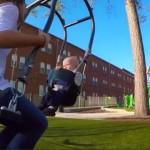 親子で向き合って楽しめる シンプルながら画期的な二人乗りブランコのデザイン
