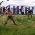 【動画】機械 vs 職人技、大鎌と刈払機が熱い草刈りバトル!!