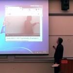 生徒の前でビデオの中の自分と喧嘩!?大学教授のエイプリルフール講義が話題