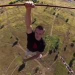 【動画】恐ろしすぎ!!高い建物から命綱なしでぶら下がるクレイジーな若者