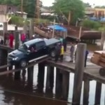 【衝撃映像】世界一無謀な乗船に挑むトラック、薄っぺらい板で桟橋から車両積み込み