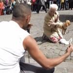 生涯ヤング!!犬連れのおばあちゃんがビートボクサーのストリートパフォーマンスで即興ダンス