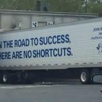 【画像】何とも皮肉な1枚: 「成功への道のりに近道はない」