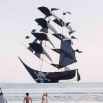 奇跡のタイミングが生んだ1枚 バリ島の海に海賊船現る!?