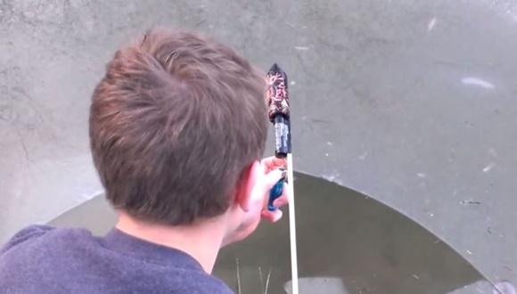 ロケット花火 凍った池