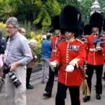 【動画】イギリス女王陛下の近衛兵は急に止まれない