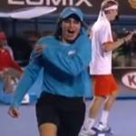 素手でゴキブリをテニスコートから追い出す勇敢なボールガールが微笑ましすぎる
