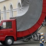 【ドイツ】市がトラック型のストリートオブジェに駐車違反切符