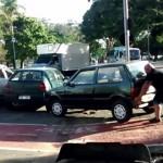 迷惑駐車を怪力で解決!!車を持ち上げて移動させるパワフルな男が話題に