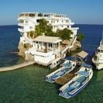 ダイバーのパラダイス、サンゴ礁に囲まれたカリブ海ホンジュラスの水上ホテル