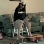 足ギターでロックを奏でる両腕のないギタリスト