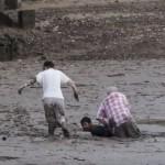 【動画】泥にはまって動けない観光客を体を張って救出するタイ人のヒーロー