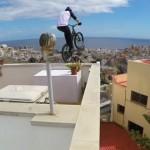 【動画】自転車で急斜面に並ぶ家々の屋根を飛び回る決死のスタント in グラン・カナリア島