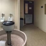 【画像】設計がかなり意味不明なとある米大学のトイレ