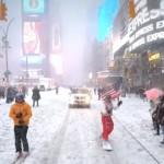 大雪降り積もるNYCのストリートをスノーボードで疾走