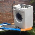 【動画】洗濯機にレンガを入れてトランポリンに乗せてみたところ