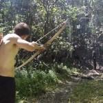 【原始人スタイル】素手で木から弓矢を作り上げる男