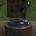 【実験】頑丈すぎる携帯「Nokia 3310」は油圧プレスに耐えられるか?