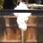 【実験】高熱で液体にした塩を水槽に入れるとどうなる?