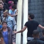 【イタズラ動画】エレベーターですれ違いざまに知らない男性の手をそっと触るとこうなる