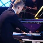 【動画】指のない16歳ピアニスト、美しい演奏でロシアを魅了