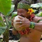 【動画】ポリネシアの酋長が素手でココナッツを剥く方法を実演