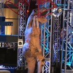 アメリカ版『SASUKE』で恐竜が大暴れ、観客は大興奮