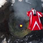【動画】ウィングスーツで活火山の真上を滑空、命がけのスタント