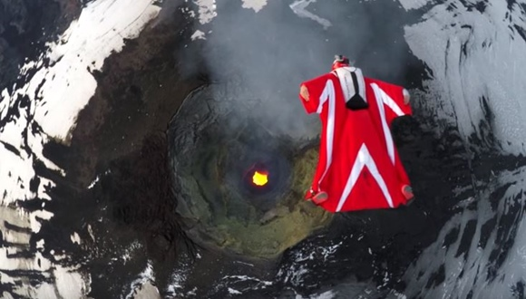 ウィングスーツ 活火山
