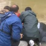 ルイジアナ大洪水: 沈没する車から女性と犬を奇跡的に救出する映像が話題に