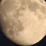 月のクレーターもくっきり!!最近のデジカメのズーム機能がすごい