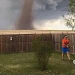 【画像】巨大竜巻も気にせず芝刈りに励むパパ