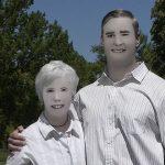 【画像】新手の嫌がらせ!?プロに頼んだ家族写真がMSペイントの落書きレベルに酷い