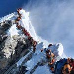 【画像】エベレスト頂上が大渋滞すぎる一枚